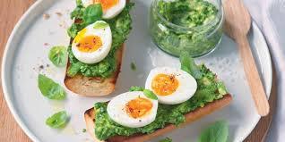avocat cuisine tartine d œuf mollet au pesto d avocat recettes femme actuelle