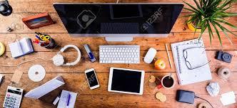 gadgets du bureau bureau avec divers gadgets et fournitures de bureau ordinateur