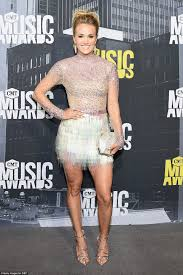 carrie underwood flaunts her legs at cmt music awards daily mail