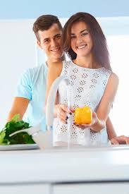 amour dans la cuisine couples dans les légumes de lavage d amour dans la cuisine image