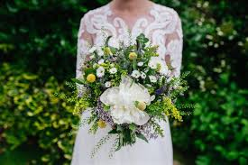 wedding flowers on a budget 10 ways to keep your wedding flower budget