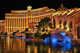 file bellagio casino and hotel at night jpg wikimedia commons