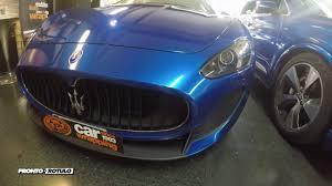 un maserati grancabrio vs audi q7 en azul glossy car wrapping by