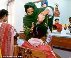 women haircutting in prison tihar jail s beauty parlour is a hit for inmates daily mail online