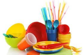 piatti e bicchieri di plastica colorati dove si gettano i piatti i bicchieri e le posate di plastica