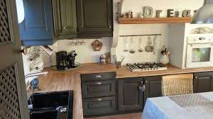 cuisine repeinte en noir cuisine rustique repeinte en noir rayonnage cantilever