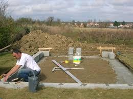 construire son chalet en bois construction de mon abri de jardin pose de la première pierre