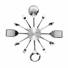 une cuisine 罌 l heure avec une horloge