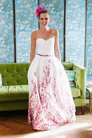 coole brautkleider brautkleid mit farbe toller kirschblütendruck taschen