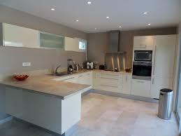 cuisine blanche et plan de travail bois plan de travail en bois massif chaleureux moderne et pratique