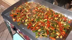 cuisine sur plancha emincé de légumes en fin de cuisson a la plancha