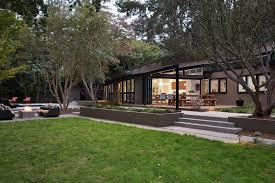 mid century modern house architecture with momchuri
