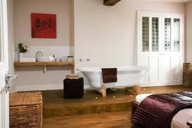 chambre avec baignoire parquet flottant plancher bois chambre avec baignoire ideeco