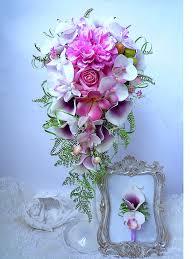 bouquet de fleurs roses blanches porte alliance fleur orchidée ton rose pâle blanc rose fleur