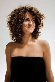 which hair style is suitable for curly hair medium height best 25 shoulder length curly hairstyles ideas on pinterest
