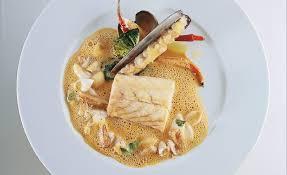 cuisiner le bar de ligne bar de ligne au four jus garniture d araignée de mer par alain ducasse