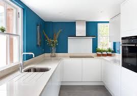 cuisine bleue et blanche design interieur cuisine sans poignée blanche minimaliste peinture