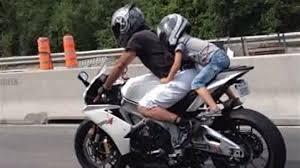 siege enfant pour moto enfant à moto sur l autoroute une pratique déroutante pour
