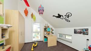 kinderzimmer mit schräge funvit wohnzimmer wandfarbe braun