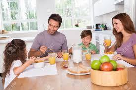 cuisine famille famille mangeant le petit déjeuner sain dans la cuisine banque d