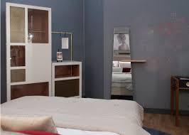 mobilier chambre hotel dressing chambre d hôtel prototype mobilier les pieds sur la table
