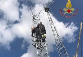 tralicci per radioamatori radioamatore resta incastrato in cima a un antenna cronaca ponte