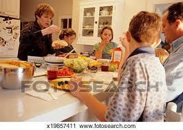 cuisine famille banques de photographies grand famille à table cuisine