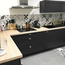 cuisine repeinte en noir cuisine bois et noir amazing cuisine noir mat panneau bois brut
