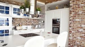 cuisine en brique cuisine blanche et mur de briques brut2deco