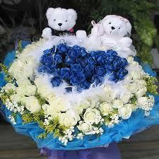 white and blue roses filgiftshop 18 blue 18 white roses