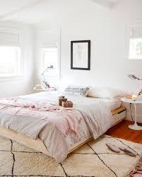 chambre feminine une chambre minimaliste avec un tapis style berbère et des les