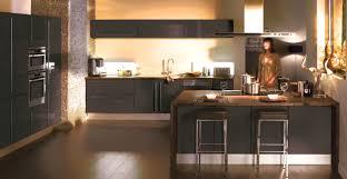 cuisine noir et jaune decoration cuisine bleu et jaune avec cuisine mur noir idees et