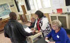 assesseur titulaire bureau de vote présidentielle à créteil des citoyens tiennent les bureaux de