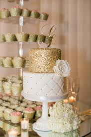 love the gold guilding on this wedding cake as well as the cupcake
