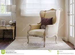 chaise pour chambre à coucher style classique de chaise sur le tapis dans la chambre à coucher