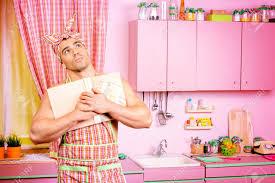 livre cuisine homme handsome homme musclé dans un tablier étudie un livre de cuisine