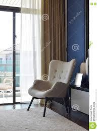 stuhl für schlafzimmer bequemer stuhl auf teppich im modernen schlafzimmer stockbild