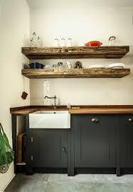 modern english kitchen cuisine avec rangement pour les plateaux et planches à découper