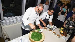 le chef en cuisine un chef cuisinier veut ouvrir un réfectoire pour les démunis