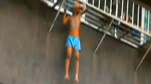 balkon gitter fenstersturz in china balkon gitter rettet kleinen jungen news