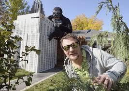 King Kong Halloween Costume Utah Man Decorates House King Kong Display Daily Mail