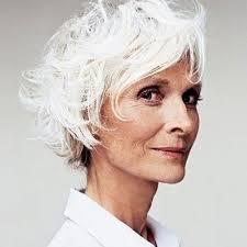 coupe cheveux gris cheveux blancs en coupe courte coiffure cheveux