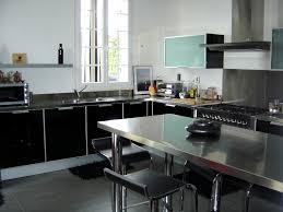 cuisine en verre cuisine avec portes en verre laqué noir et plans de travail inox