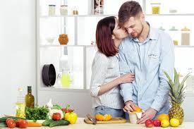 couples heureux dans l amour dans la cuisine faisant le jus sain à