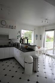 carrelage cuisine noir et blanc cuisine blanche avec plan de travail noir 73 id es relooking