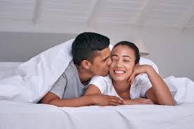 baise dans la chambre chambre à coucher de baiser de couples image stock image du