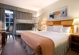 Schlafzimmer Und Bad In Einem Raum London Gatwick Flughafenhotel Gatwick Flughafen Hotel Hotel