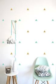 stickers repositionnables chambre bébé stickers muraux triangles vert menthe et dorés pom le bonhomme