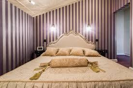 chambre a coucher baroque énorme lit à l intérieur de chambre à coucher baroque photo stock