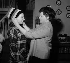 Minnelli 14 Year Old Liza Minnelli With Her Mom Judy Garland Oldschoolcool